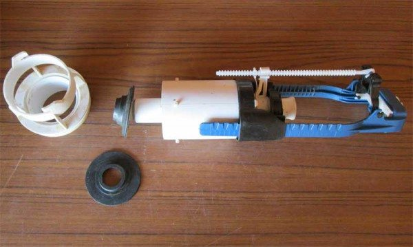 Выпуск (слева) остается в бачке. Механизм извлекается простым поворотом.