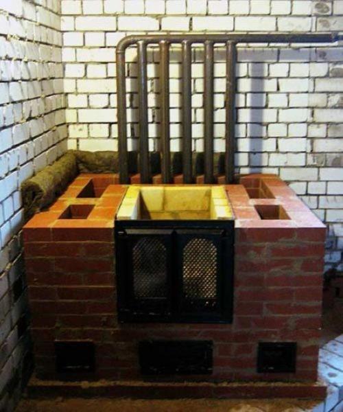 Вывод теплоносителя за пределы будущего камина выполнен стальной трубой.