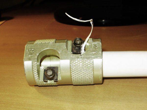 Зачистка армирующего слоя трубы с алюминиевой фольгой.