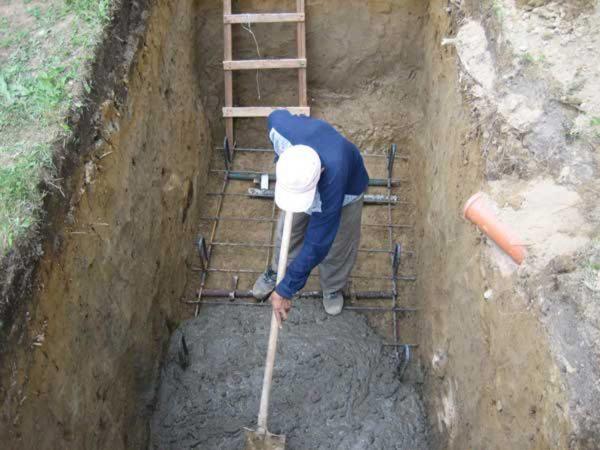 Заливка армированного бетонного основания.