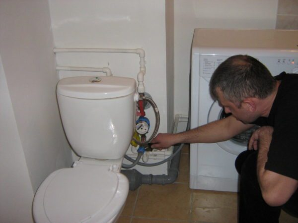 Заливной шланг подключен к отводу водопровода на бачок.