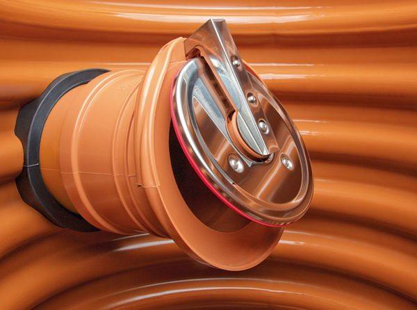 Запорная арматура на трубе дренажного колодца.
