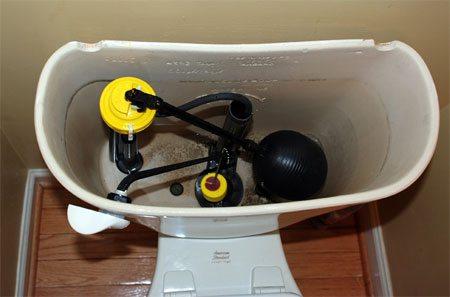 Здесь используется нижний монтаж заливного клапана. Вода подведена через дно бачка.