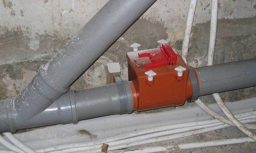 Жидкостный клапан на канализационном выводе из квартиры.